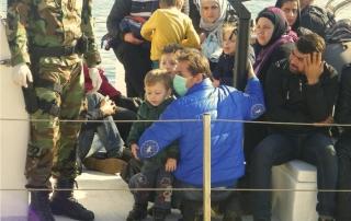 Φωτογραφίες από τις προετοιμασίες και την αποβίβαση των μεταναστών στην Ιεράπετρα